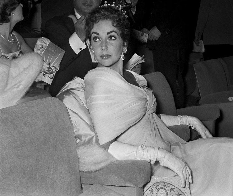 伊麗莎白泰勒照片中所佩帶的頭飾便是第三任丈夫Mike Todd所贈與的禮物,而後...