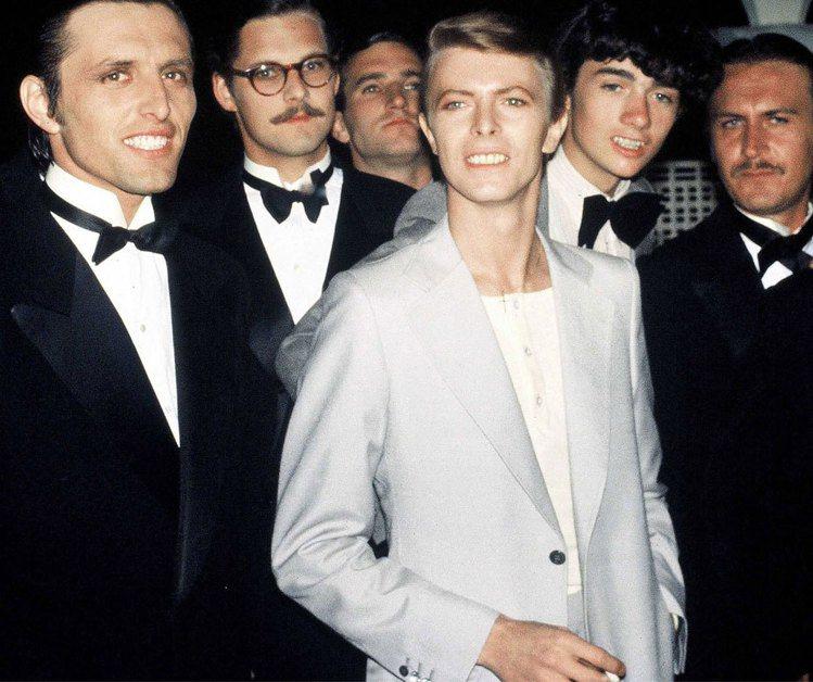 1972年大衛鮑伊以外觀華麗和雌雄同體的Ziggy Stardust形象出現,正...