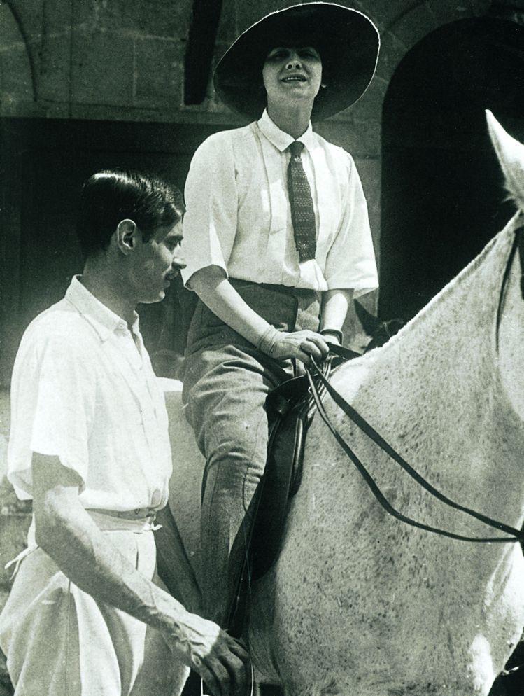 騎馬的香奈兒,旁邊是鮑伊.卡柏。圖/馬可孛羅文化提供