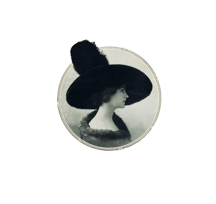 目前已知香奈兒戴自製帽子最早的肖像,刊登在1910年10月劇場雜誌喜劇畫報。圖/...