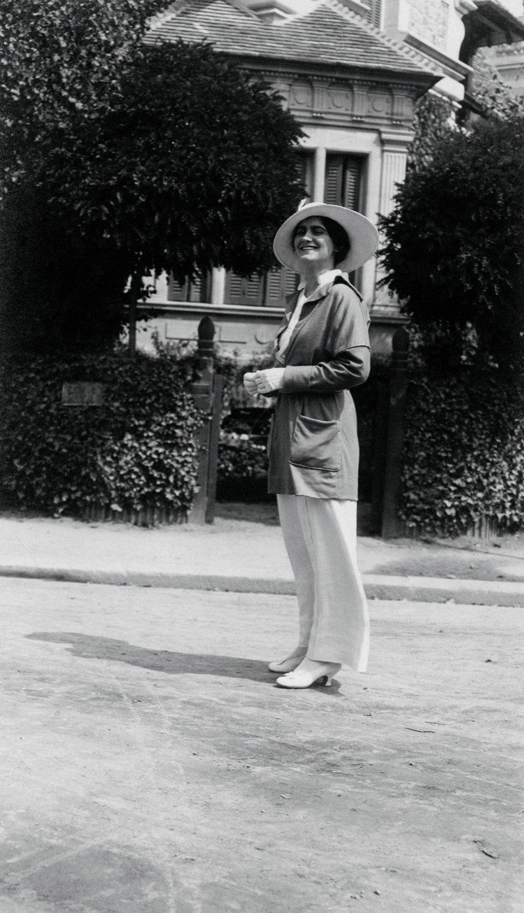 香奈兒穿自己設計的服裝,多維爾,1913年。圖/馬可孛羅文化提供
