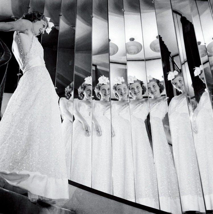 模特兒頭上插著一朵山茶花,在香奈兒之家的鑲鏡樓梯,弗朗索瓦.科勒攝,1937年。...