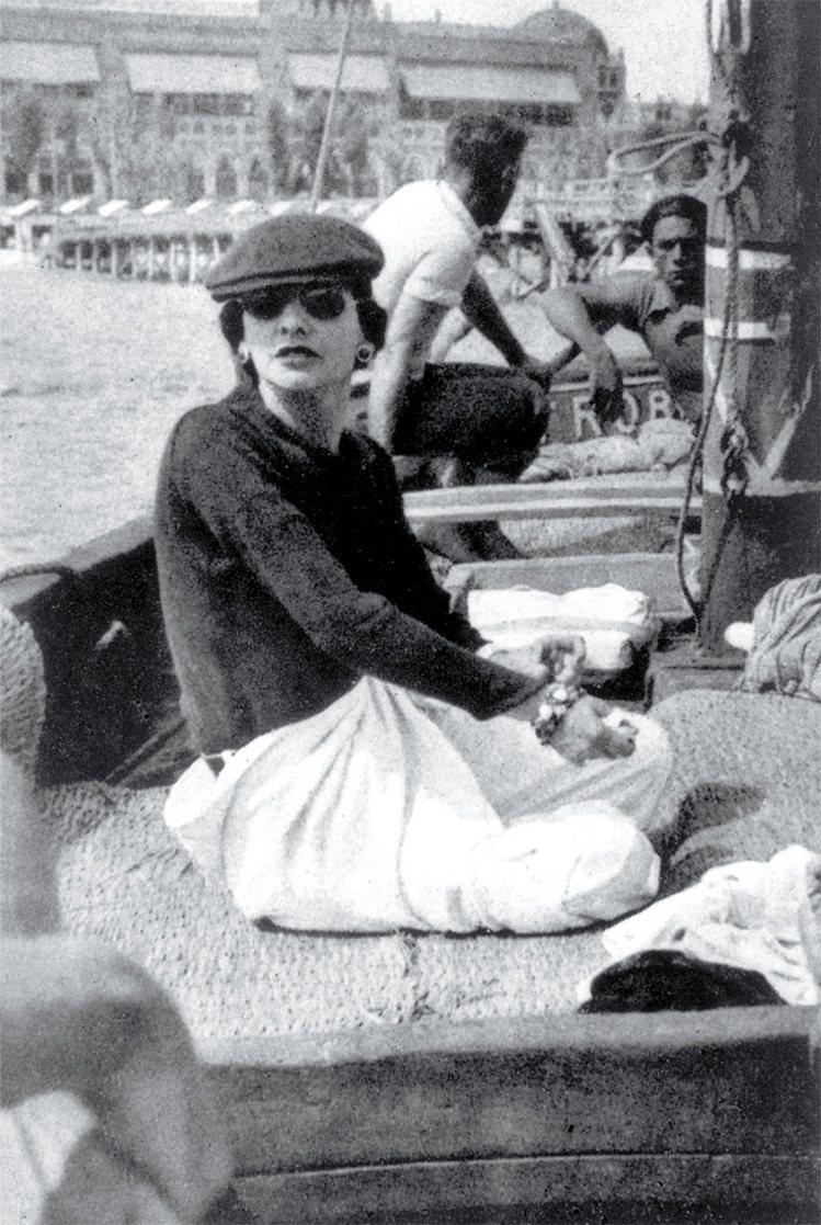 香奈兒在威尼斯,魯西‧賽特的遊艇上,葛朗皮耶攝,1936年。圖/馬可孛羅文化提供