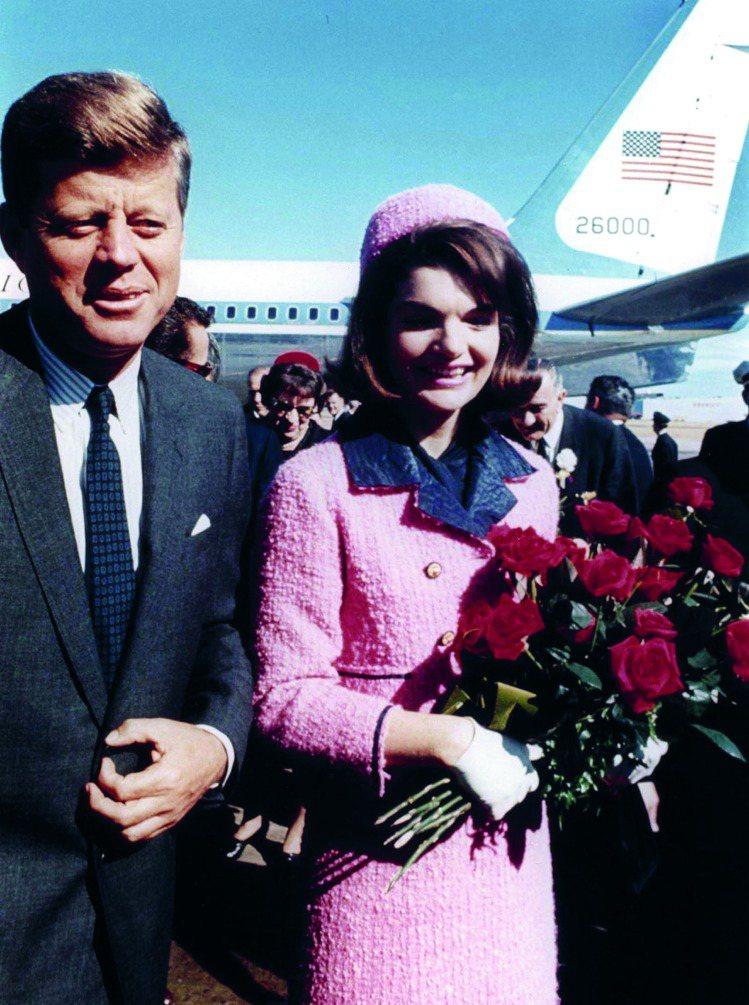 甘迺迪總統與妻子賈姬抵達拉斯。圖/馬可孛羅文化提供