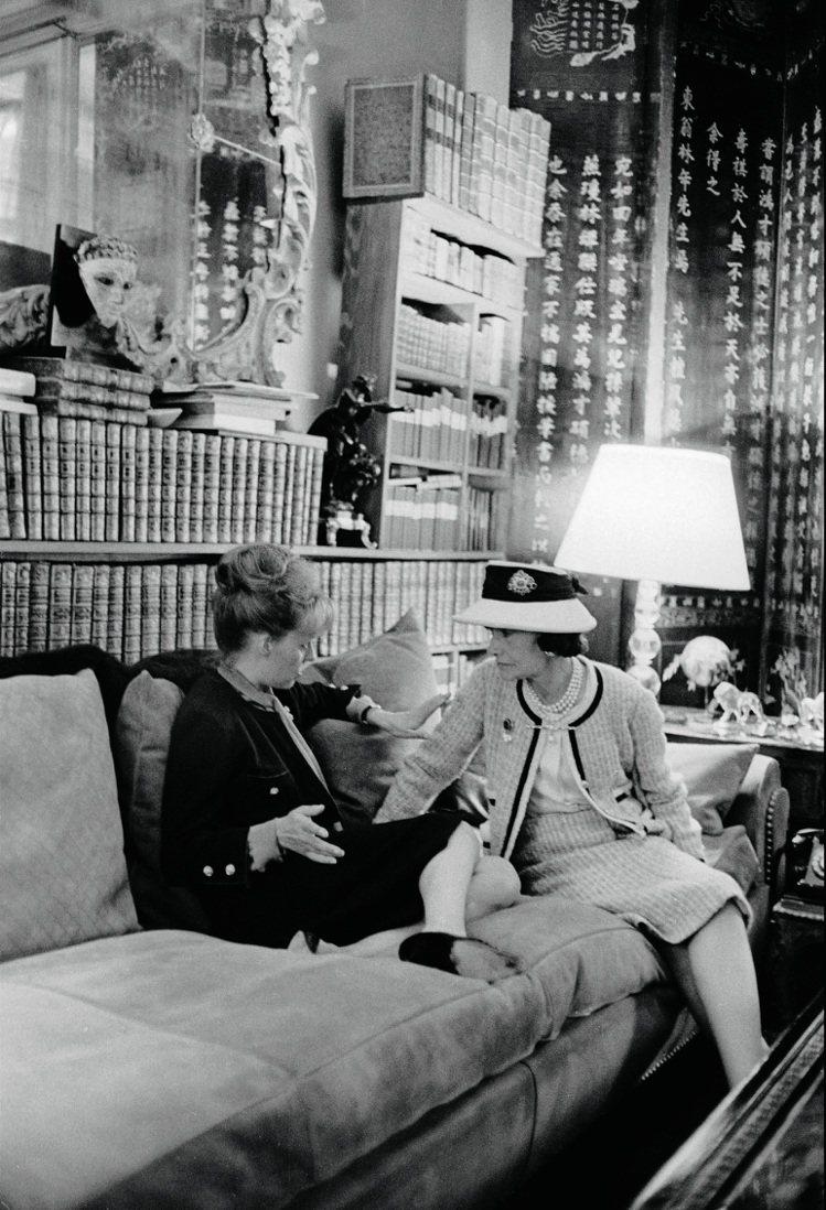 香奈兒和珍妮.摩露在她的沙龍,吉安卡羅.波堤攝。圖/馬可孛羅文化提供