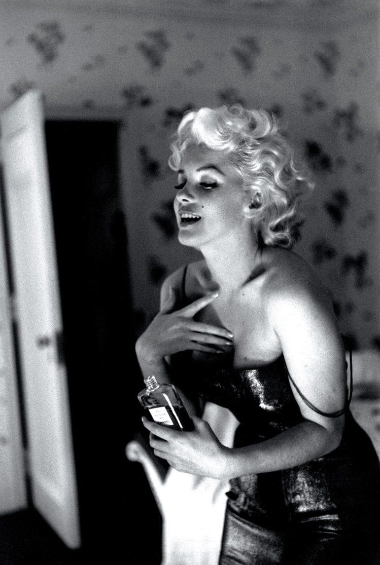 瑪麗蓮.夢露以搽香奈兒5號香水著稱,艾德芬格許攝,1955年。圖/馬可孛羅文化提...