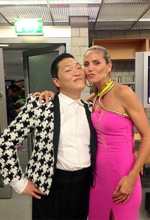 德國超模海蒂克隆主持的德國版超級名模生死鬥日前舉辦總決賽,江南大叔Psy也是表演...