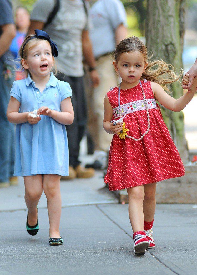 莎拉潔西卡派克的雙胞胎女兒是配件大王,她們兩位出門不只是用風格相近但不同款的造型...