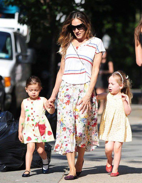 莎拉潔西卡派克的雙胞胎女兒和媽媽來個淺色印花母女裝。圖/達志影像