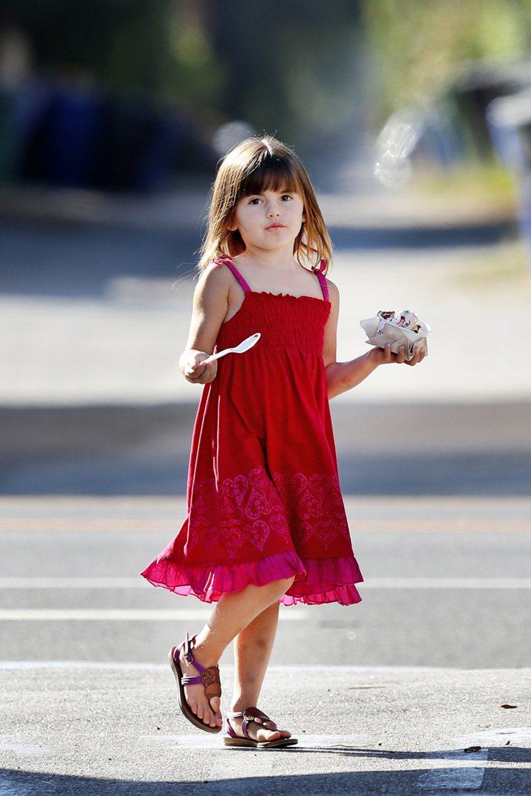 Alessandra Ambrosio的女兒Anja的洋裝都偏向度假風綁帶長裙,...