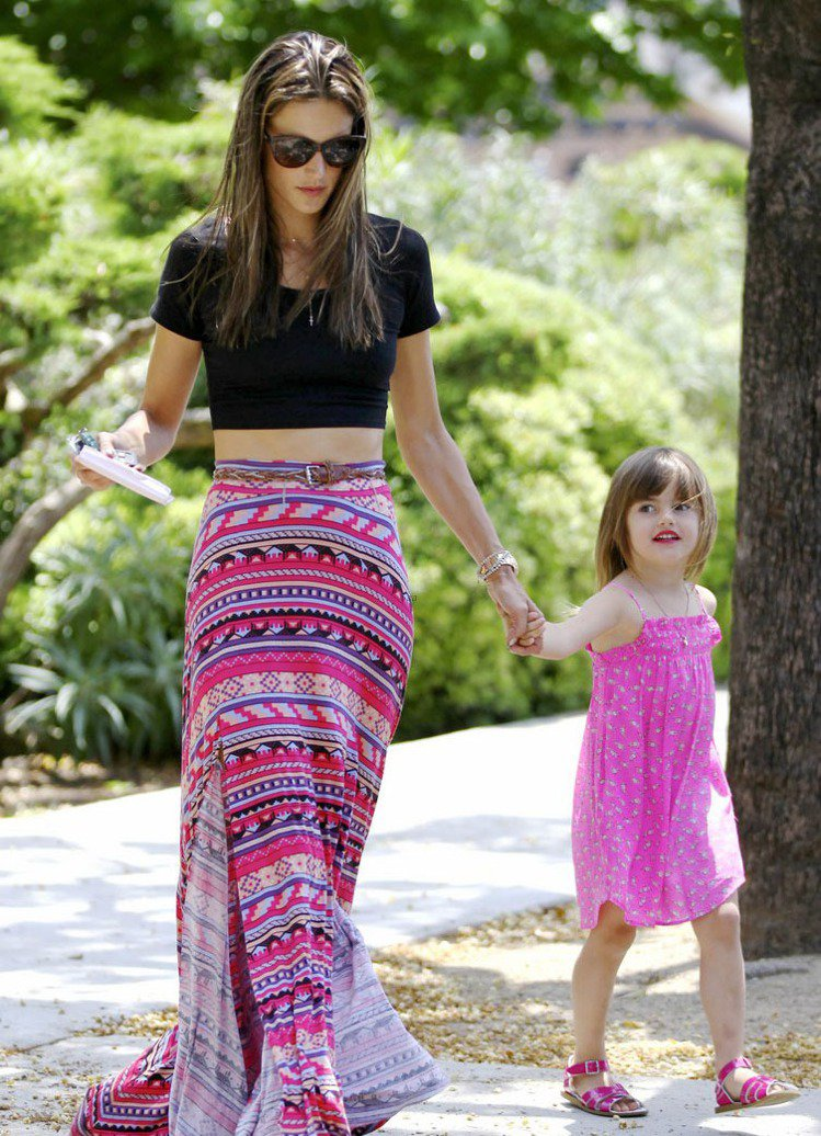 Alessandra Ambrosio的女兒Anja不只和媽媽穿類似風格的洋裝,...