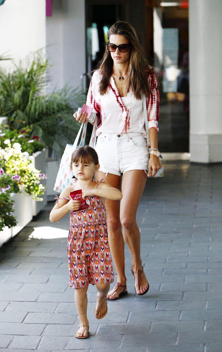 Alessandra Ambrosio女兒Anja的洋裝都偏向度假風綁帶長裙,好...