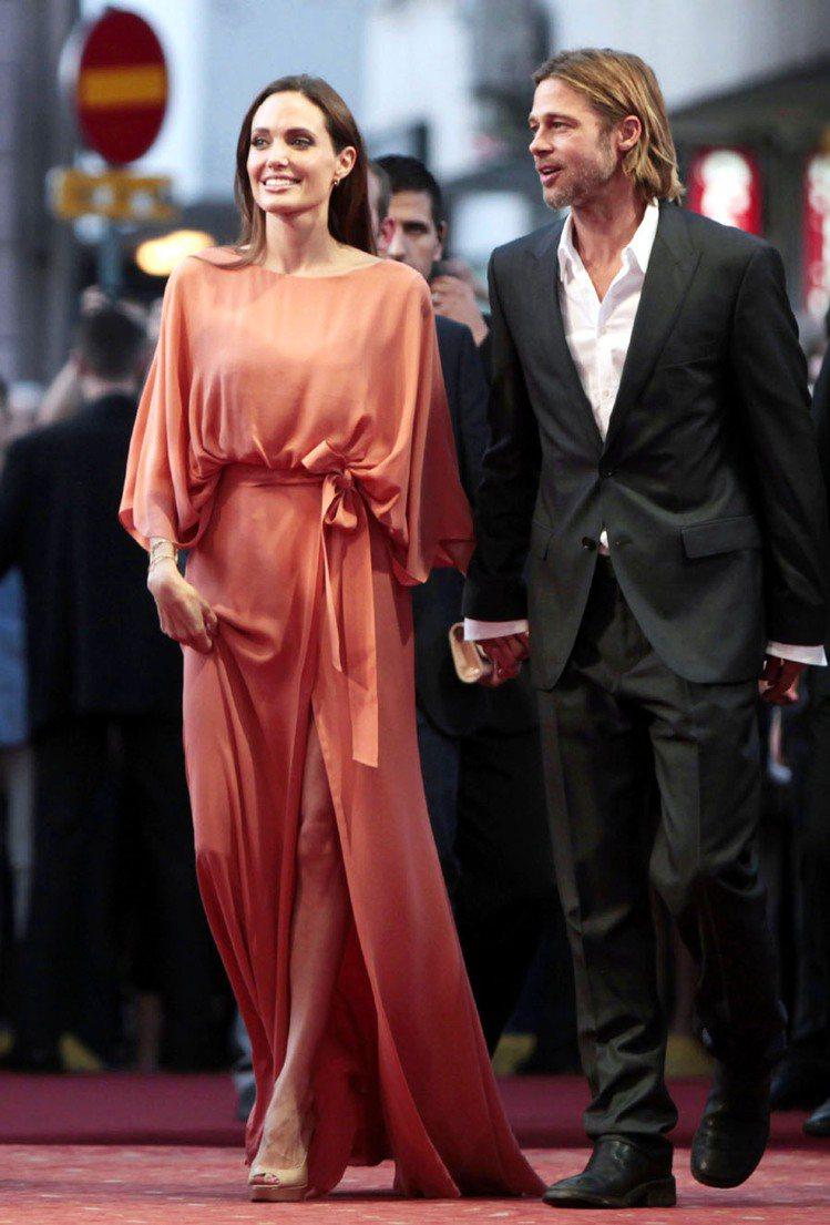 裘莉穿Elie Saab粉桃色禮服,自然垂墜的線條優雅隨性。圖/路透