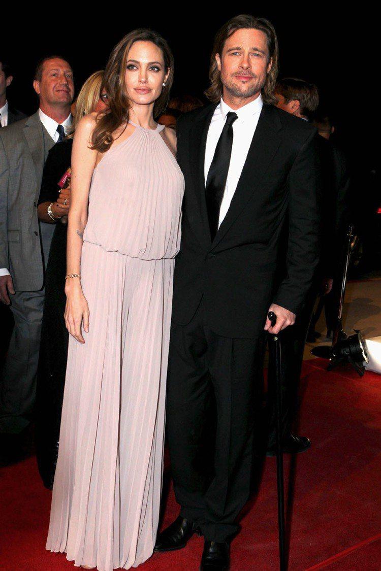 布料多的飄逸質感禮服才是裘莉偏愛的款式,此款Elie Saab繞頸百摺設計禮服,...
