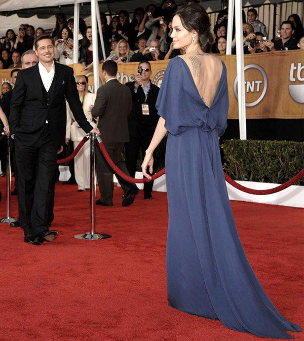 裘莉身穿Max Azria的露背禮服優雅脫俗,連小布都在旁邊看的入迷。圖/擷取自...