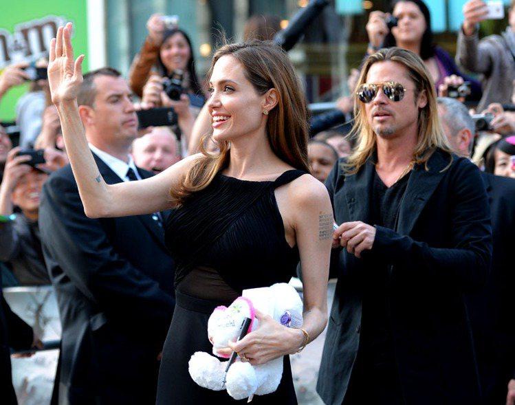 一身聖羅蘭黑色薄紗露肚禮服,裘莉看起來和以前沒有什麼不一樣,美麗性感依舊。圖/美...