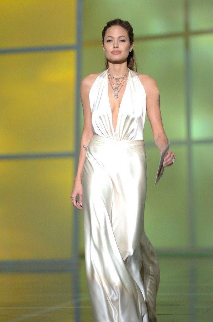 裘莉不是一個喜歡刻意裸露的女星,比起可以「擠出」豐滿上圍的平口禮服,布料多的飄逸...