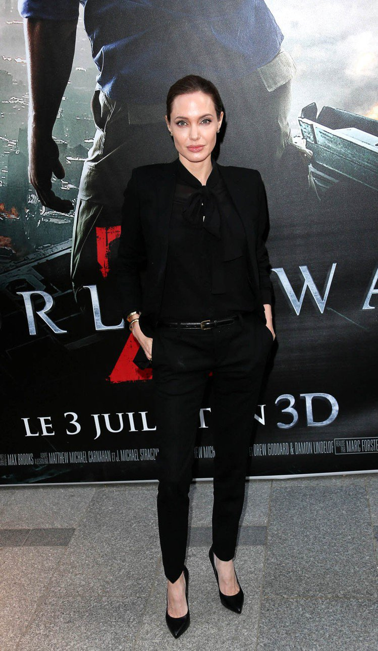 在《末日之戰》倫敦首映會,裘莉除了第一次亮相時穿著聖羅蘭的禮服之外,隨後又換上了...