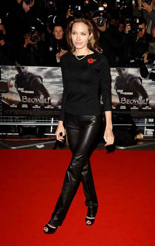 2007年,裘莉以一件簡單的黑色羊毛上衣搭配黑色皮褲,混搭珍珠項鍊出席《貝武夫:...
