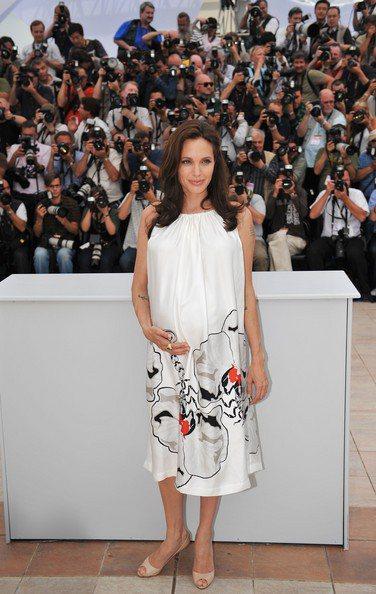 裘莉08年在坎城穿著不常嘗試的印花洋裝。圖/擷取自stylebistro.com