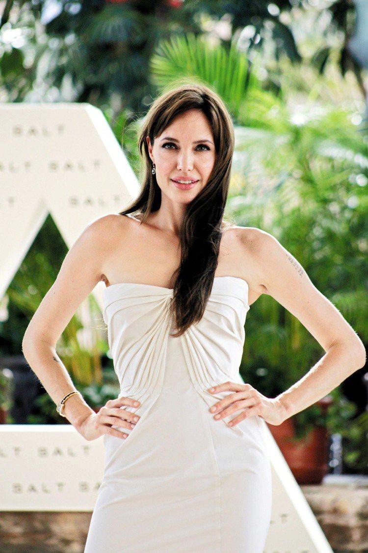 裘莉在簡約理念基本架構下,她也會挑選明亮色系的小洋裝,讓自己看起來更親切迷人。圖...