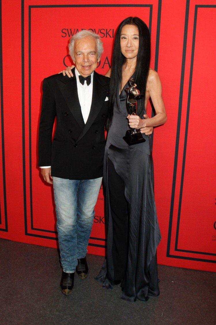 Vera Wang榮獲終身成就獎,與前老闆Ralph Lauren合影。圖/達志...