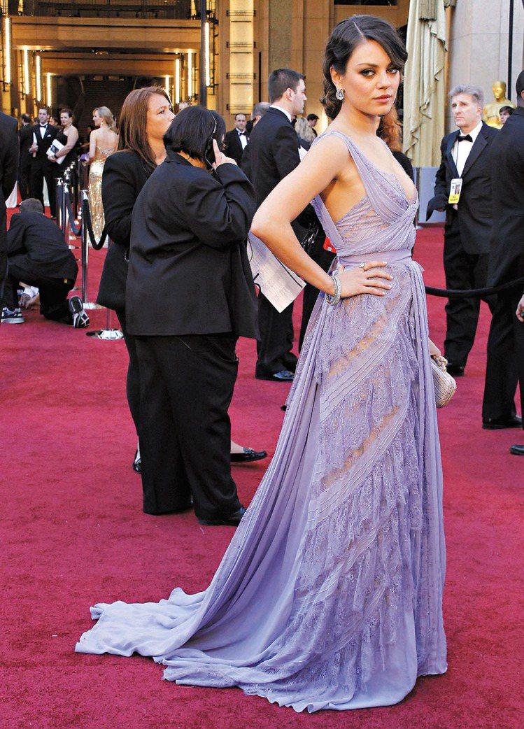 蜜拉庫妮絲偏愛帶有異國風情的服裝,但有時不免淪為床單或窗簾布料風格。圖/歐新社