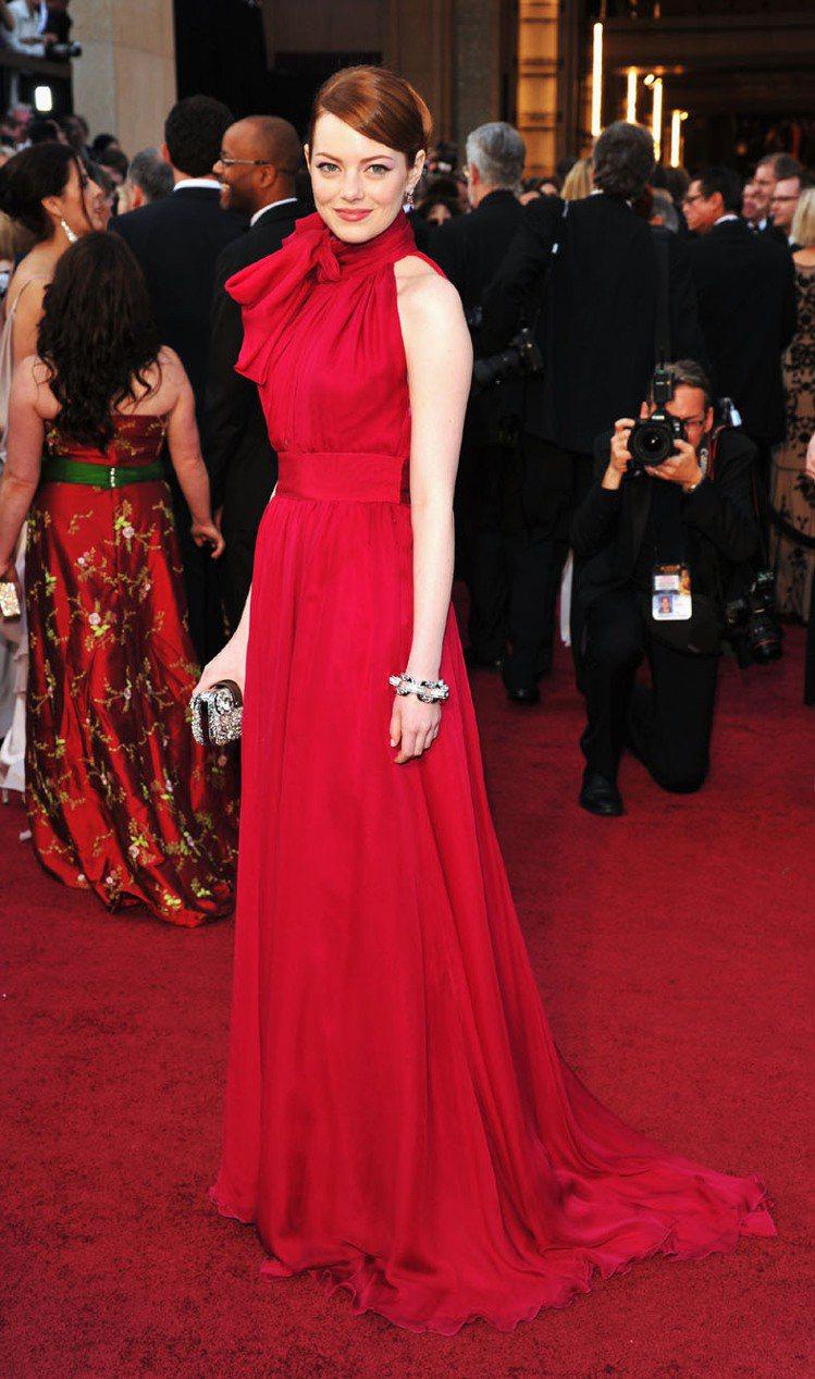 艾瑪史東不管是私服或是紅毯著裝都有一定水準,經常登上最時尚女星排行榜。圖為她穿著...
