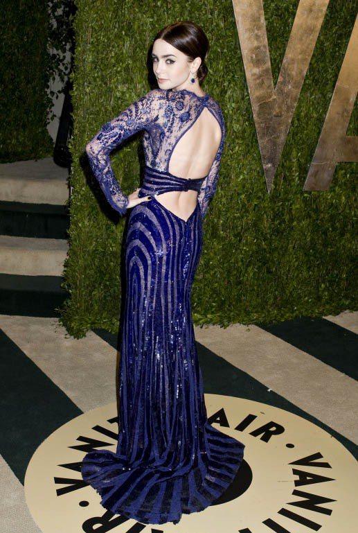 莉莉柯林斯性感秀美背。圖/達志影像
