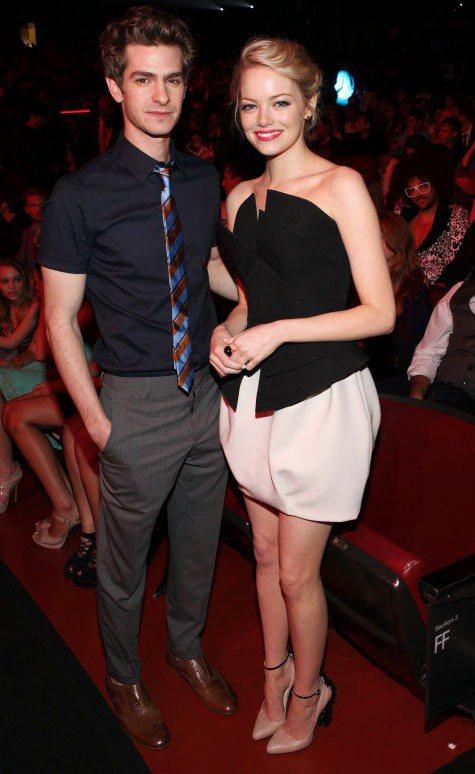 艾瑪史東和安德魯加菲這對情侶面對鏡頭也一直非常大方。圖/達志影像