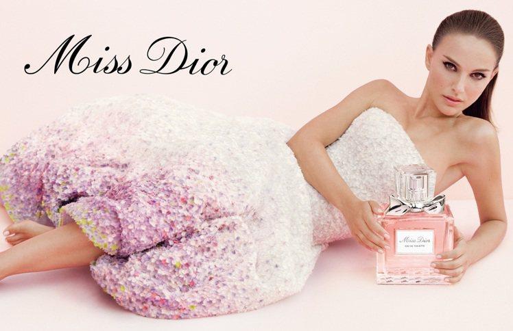 在生下兒子後,波曼專心在家當個好媽媽,除了原本就接下的Dior香水代言之外,觀眾...
