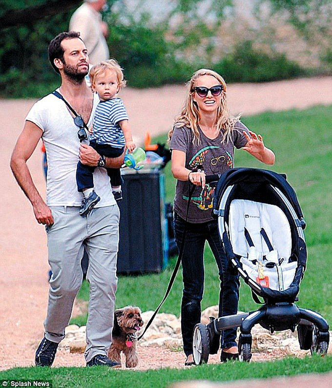 娜塔莉波曼全家在公園散步。 圖/路透