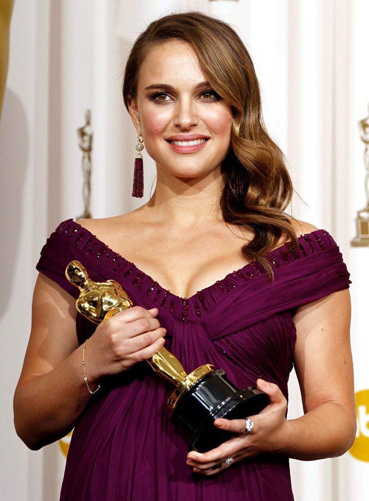 懷有身孕的波曼在2011一連拿下金球獎、美國演員工會獎、奧斯卡等多個最佳女主角獎...
