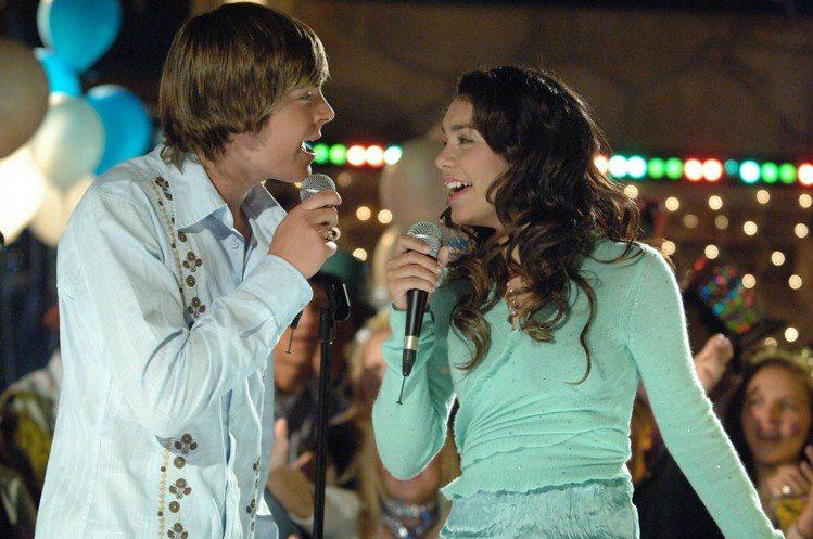 2005年,柴克艾弗隆和凡妮莎哈金斯合作電影《歌舞青春》而相戀。圖/迪士尼
