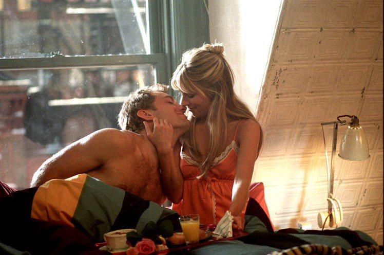 席安娜米勒與合拍《阿飛外傳》的裘德洛因戲蹦出愛的火花。圖/UIP提供
