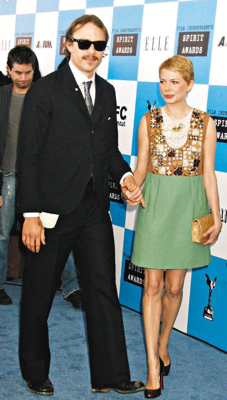 蜜雪兒威廉斯與希斯萊傑2005年因在《斷背山》一片中飾演夫妻而戲外相戀,兩人未婚...