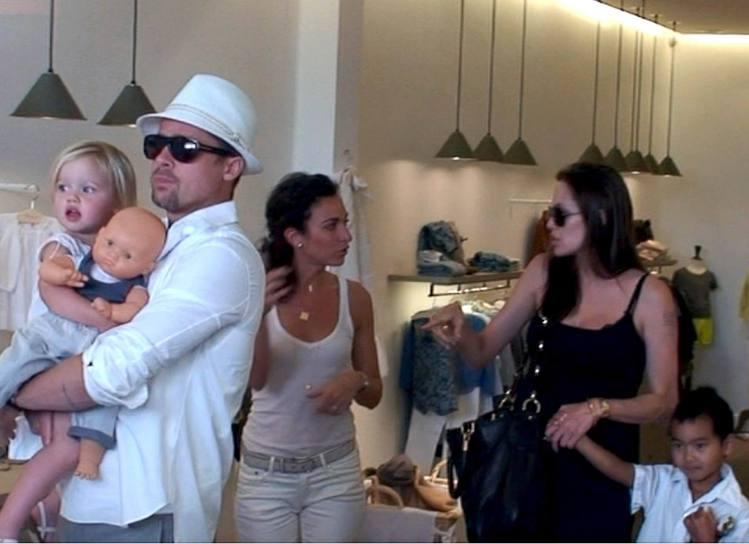 布裘在一起後生下大女兒希蘿(左),圖為兩人帶希蘿和養子麥道斯逛街。圖/達志影像