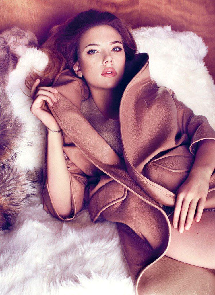 史嘉莉喬韓森穿MIU MIU,展現性感風韻。圖/Marie Claire中文版提...