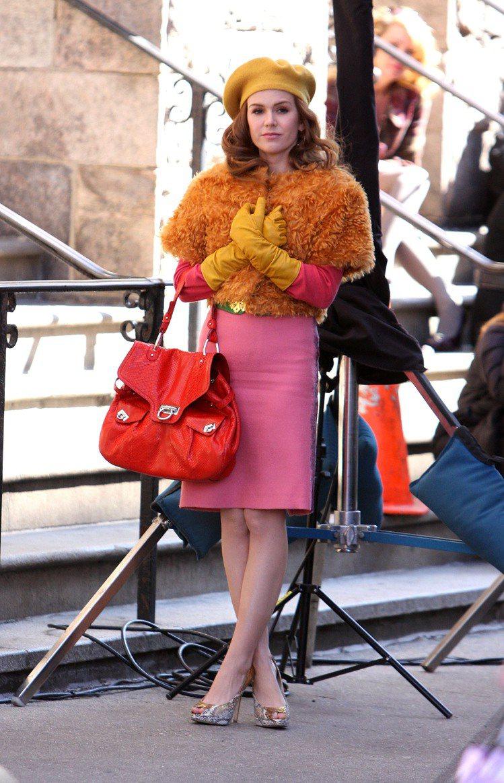 艾拉費雪在《購物狂的異想世界》裡穿戴許多名牌,圖為她手提一款搶眼的Ferraga...