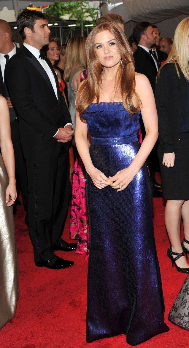 金屬質感禮服也是艾拉費雪常選擇的單品。圖為2011年紐約大都會博物館時尚晚宴,她...