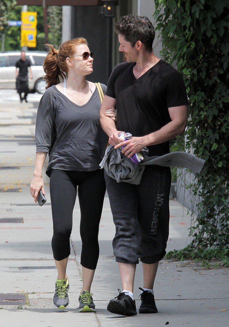 身型較豐腴的艾美亞當斯服裝方面也隨性更多。T恤搭牛仔褲或是大量的運動服配運動鞋,...