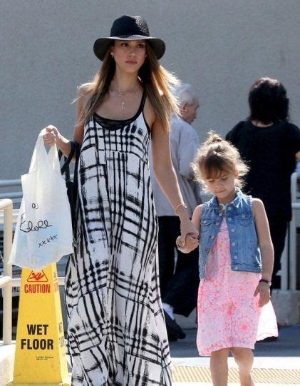 潔西卡艾芭私下打扮也是如此耀眼,穿著民俗風低胸洋裝和女兒一起出門購物。圖/she...