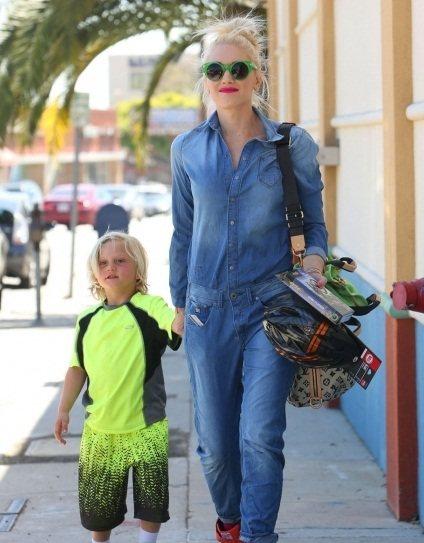 關史蒂芬妮連身單寧褲裝搭配亮色球鞋頗有她的個人風格,紅唇加上設計款墨鏡相當亮眼。...