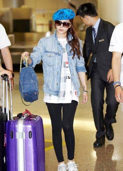 寶兒Boa機場穿搭雖然隨興,但牛仔的外套和包包搭配讓人印象深刻。圖/she.co...
