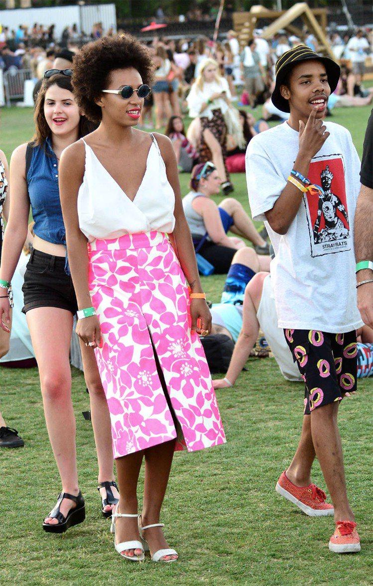 Solange Knowles穿上桃紅印花裙,簡單優雅。圖/達志影像
