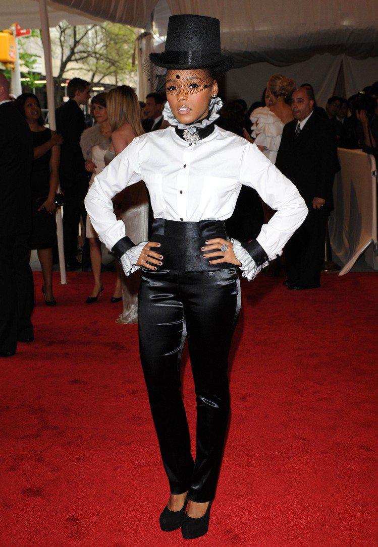 Janelle Monáe 的黑白造型是指標性look。圖/達志影像