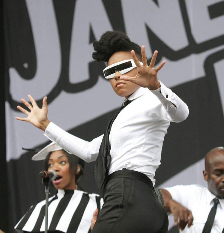 Janelle Monáe表演時也常以前衛造型做效果。圖/達志影像
