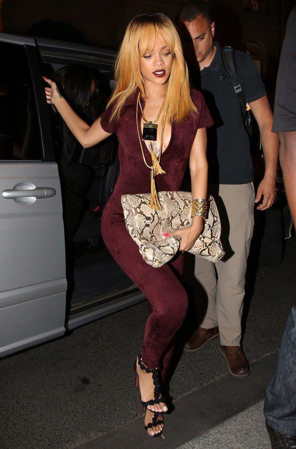 蕾哈娜的紫紅唇與服裝搭配完美。圖/she.com Taiwan提供