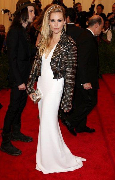 席安娜米勒穿BURBERRY出席紐約大都會博物館龐克晚宴。圖/BURBERRY提...