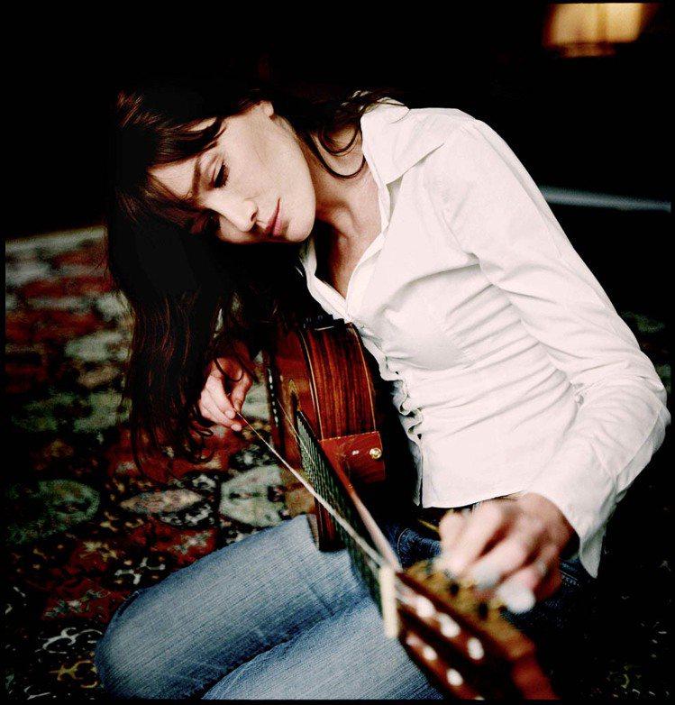 前任法國總理夫人卡拉布妮(Carla Bruni)再度拾起另一個舊身份--歌手,...